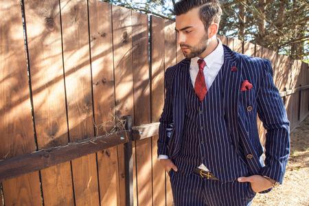 Jeune homme à la mode en costume classique
