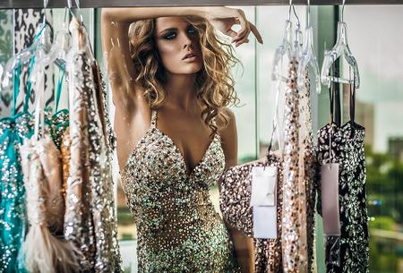 rubia: Mujer joven elegante en el vestir de lujo