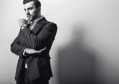modelos masculinos: Hombre apuesto joven elegante