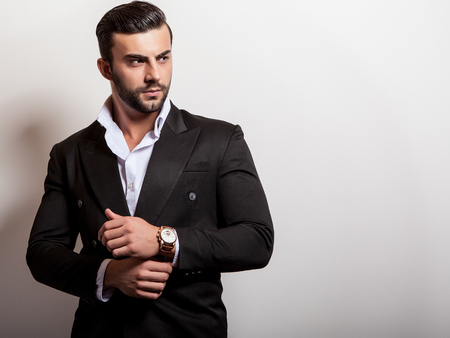 Elégante jeune bel homme dans le classique costume noir. Studio de portrait de la mode. Banque d'images - 47779276