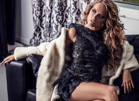 ragazze bionde: Giovane donna elegante in abito di lusso