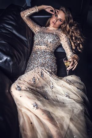 고급 드레스에 우아한 젊은 여자 스톡 콘텐츠