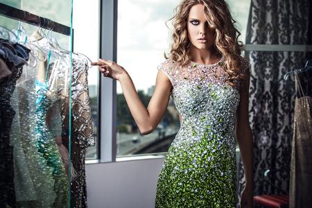 sensual: Mujer joven elegante en el vestir de lujo