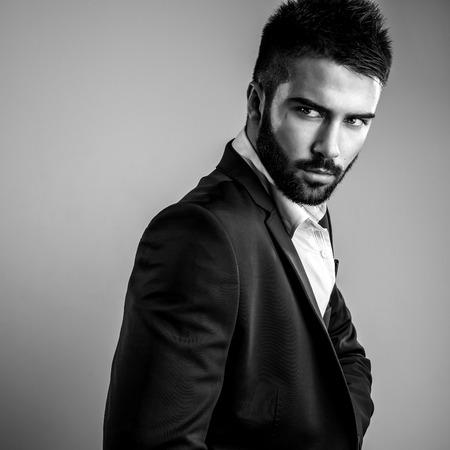 Eleganter junger, schöner Mann. Schwarz-Weiß-Studio gestalten Portrait.