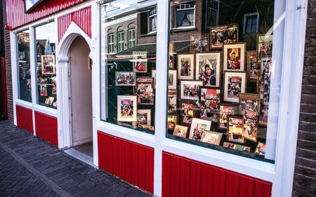 fasade: VOLENDAM, NETHERLANDS - AUGUST 15, 2016: Traditional houses & streets in Holland town Volendam, Netherlands.