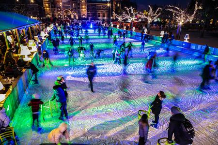 relaciones publicas: AMSTERDAM, HOLANDA - 12 de enero, 2017 Mucha gente patinar en invierno pista de patinaje sobre hielo en la noche frente al Rijksmuseum, un destino turístico popular en Ámsterdam, Países Bajos.