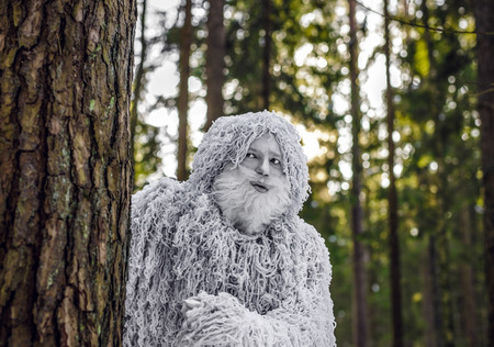예티 겨울 숲에서 동화 문자입니다. 야외 판타지 사진입니다. 스톡 콘텐츠