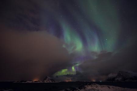 ロフォーテン諸島の上の夜空にオーロラ風景、ノルウェー、スカンジナビア驚くほどの色とりどりのオーロラも知っています。 写真素材
