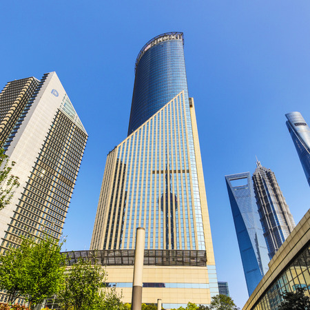 SHANGHAI, Ð¡HINA - APRIL 03, 2019: Modern central streets of Shanghai and high-rise buildings. 免版税图像