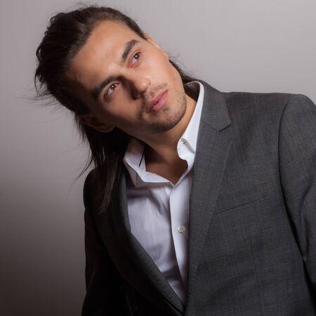 Hübsches junges Studioporträt des eleganten Mannes.