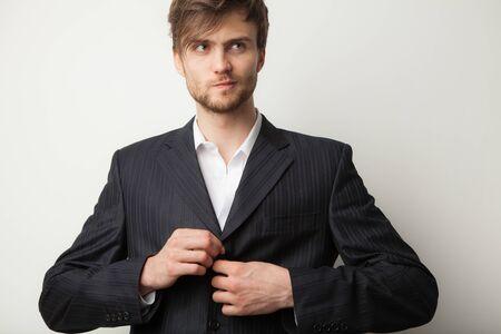 Ritratto in studio di giovane uomo elegante bello.