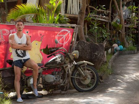 Relaxed attractive young man against tropical landscape. Foto de archivo - 141062699