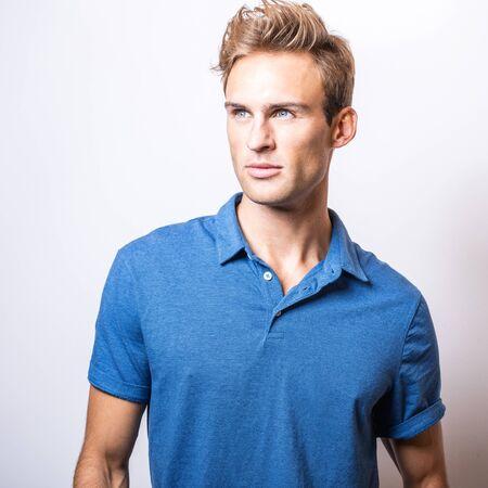Élégante jeune bel homme en chemise bleue élégante.