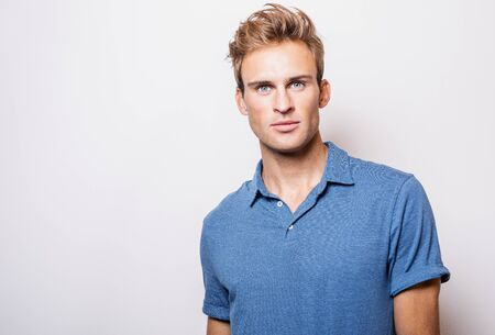 Elegant young handsome man in stylish blue shirt. Banque d'images