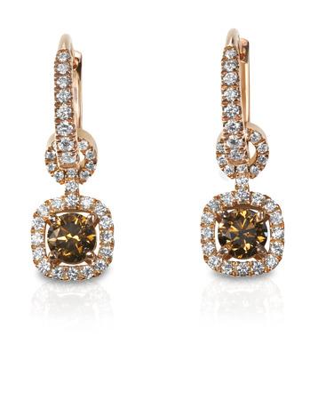 Schöne braune Schokolade Diamant Diamant-Ohrringe isoliert auf weiß mit einer Reflexion. Standard-Bild - 27864321