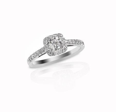 금 또는 백금 설정에서 여러 다이아몬드가 세팅 된 아름다운 다이아몬드 결혼 반지