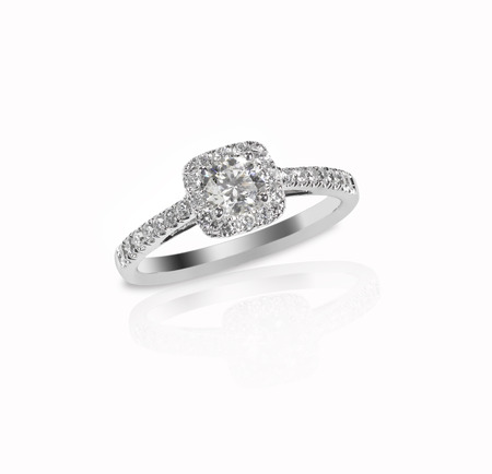 Mooie diamanten trouwring set met meerdere diamanten in een gouden of platina instelling Stockfoto