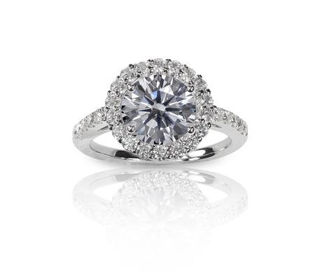 Hermoso anillo de bodas de diamante engastado con diamantes múltiples dentro de un marco de oro o platino Foto de archivo - 27864338