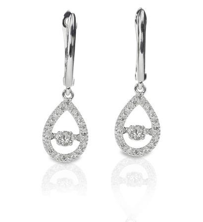 ティア ドロップ型ピアス ドロップ ダイヤモンドが反射で白い背景上に孤立して 写真素材