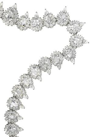 Een elegante druppelvormige diamanten halsketting op wit wordt geïsoleerd