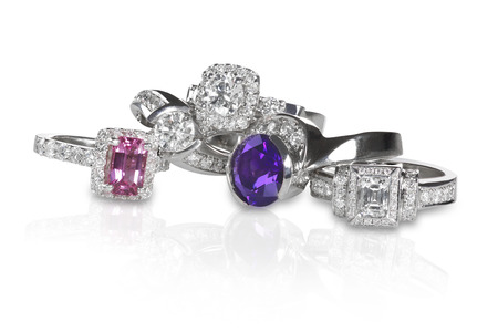 Cluster pila di anelli di fidanzamento pietra preziosa di nozze di diamante Archivio Fotografico - 27864380
