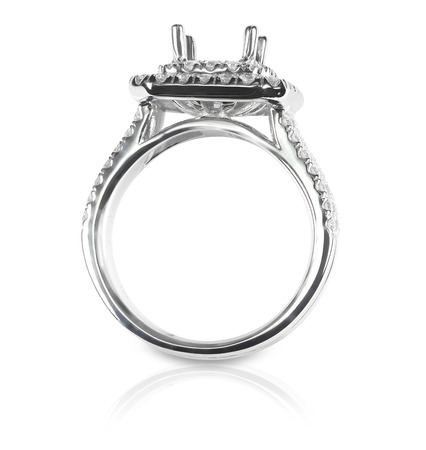 Halo DIamond Engagment Wedding Ring Setting side view. No stone set. Isolated on white. Banque d'images