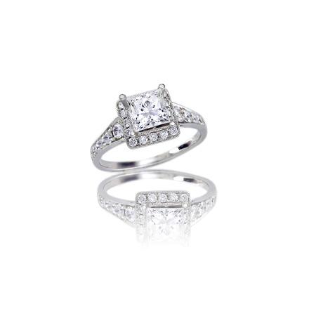 verlobung: Schöne Diamant-Hochzeit Band Prinzessin Schnitt Halo Verlobungsring auf weißem isoliert Einstellung mit einer Reflexion