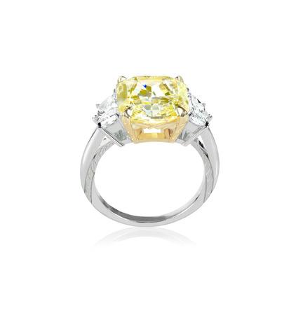 anillos boda: Vista lateral canario anillo de diamante amarillo engagment configurado con dos claros diamantes blancos en cada lado Foto de archivo