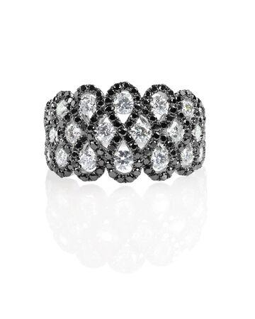 diamante negro: anillo de boda del compromiso de la moda de ónix negro diamante aislado en blanco