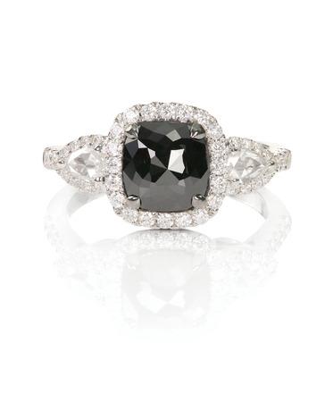 anillo de boda: anillo de boda del compromiso de la moda de ónix negro diamante aislado en blanco