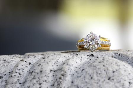 花崗岩の石の上に座って美しいダイヤモンド リング