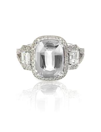 anillo de boda: anillo de bodas de diamante solitario engagment aislado en blanco