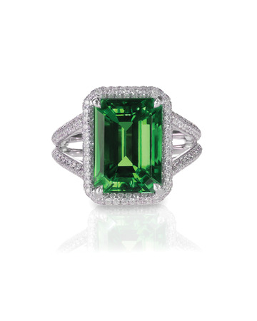 anillo de compromiso de diamantes de la moda verde esmeralda aislado en blanco