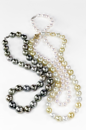 Beatiful pearl necklace isolated on a background 版權商用圖片 - 54802165