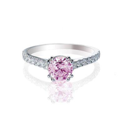anillo de boda: anillo de bodas de compromiso de diamantes de color rosa aisladas en blanco