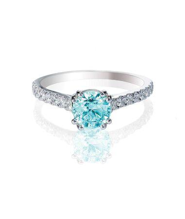 zafiro: anillo de bodas de diamante azul engagment piedra de diamante de color aislado en blanco Foto de archivo