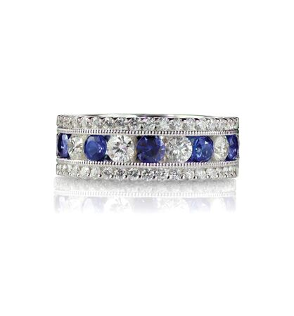 zafiro: banda de zafiro y diamante aniversario de boda aislado en blanco
