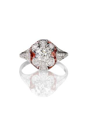 Ruby のアクセントを白で隔離とビンテージ ダイヤモンド リング