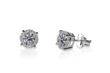 美しいダイヤモンドのスタッドのイヤリングは、反射と白に分離