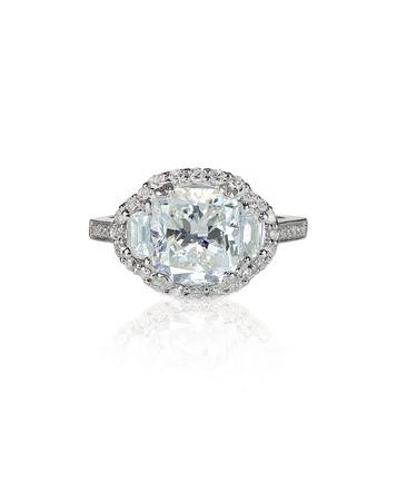 白に分離されたマルチストーンダイヤモンドリングの大型ダイヤモンドセッティング。