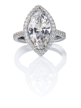 美しいダイヤモンド リング。マーキス カットの婚約指輪。