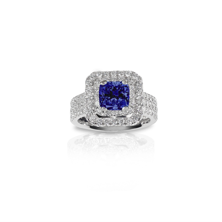 Blue Sapphire Beautiful Diamond Engagment ring. Gemstone square princess cut surrounded by two halo of diamonds. 版權商用圖片