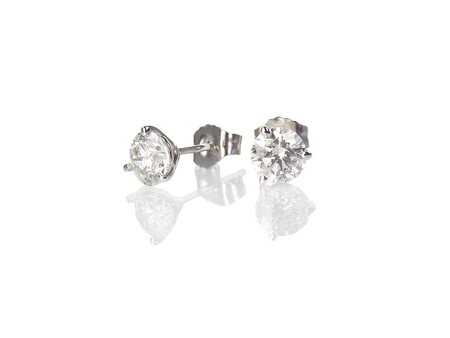 Diamant Ohrstecker feiner Schmuck runde brillante durchbohrte Ohrringe isoliert auf Weiß mit einer Reflexion Standard-Bild