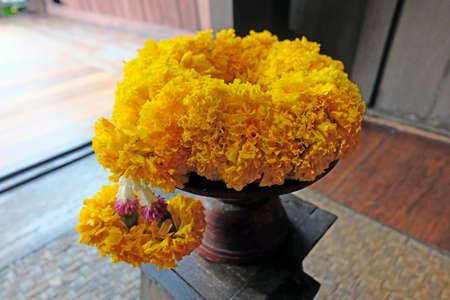 buch: Thai Marrigold garland
