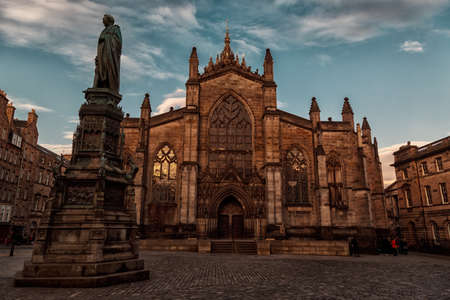giles: EDINBURGH, circa 2016 - Wide angle shot of the St Giles Cathedral, Royal Mile, Edinburgh during the golden hour, Scotland, UK