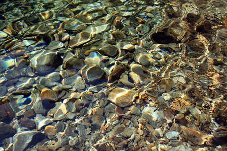 Fond des roches de fleuve, avec quelques efects l�gers sur leau.