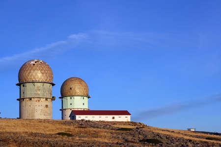 Vieux-radar de base, sur un sommet d'une montagne.