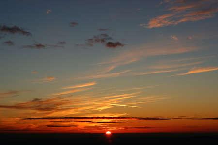 Coucher de soleil sur une montagne, dramatique des nuages et du ciel.