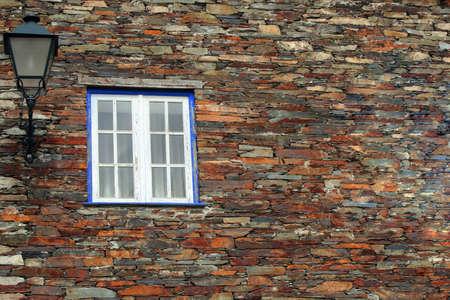 Ancienne maison avec des fen�tres bleues Banque d'images