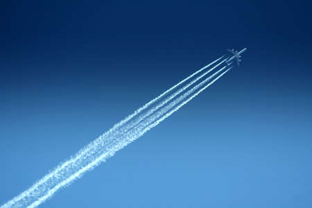 Aeroplain sous un ciel bleu  Banque d'images
